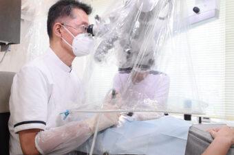 神経(根管)をとらえて診断するために歯科用顕微鏡を用いる